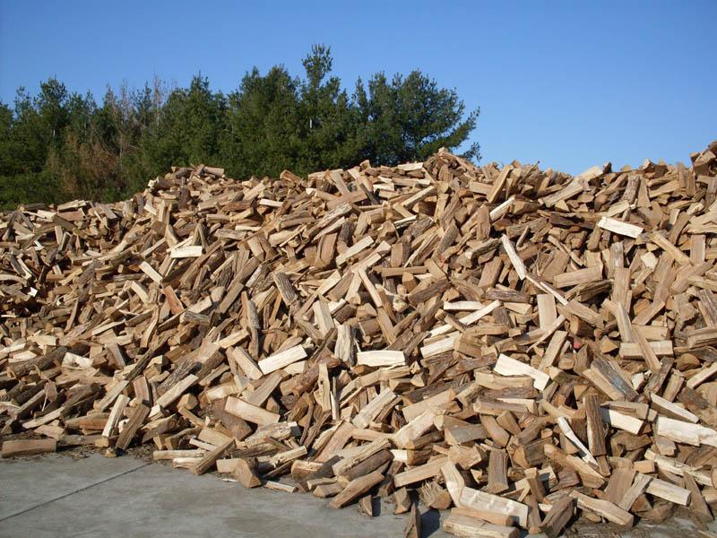 Štípané palivové dřevo sypané